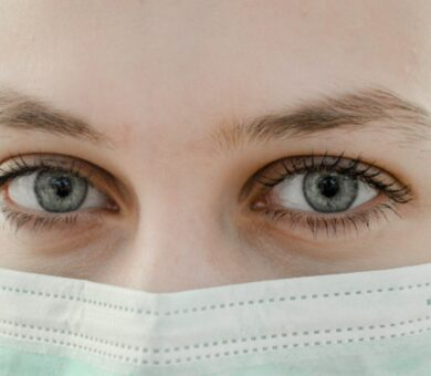 Nahaufnahme von Frau mit Mund-Nasen-Bedeckung