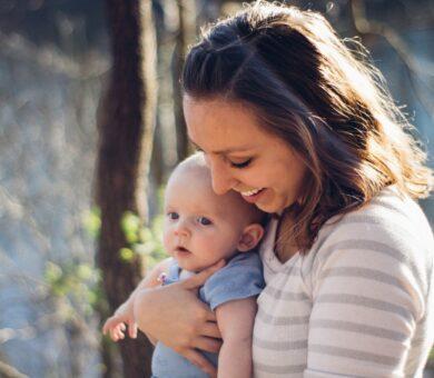 Baby wird von Frau gehalten