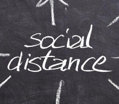 Tafel mit Aufschrift Social Distance